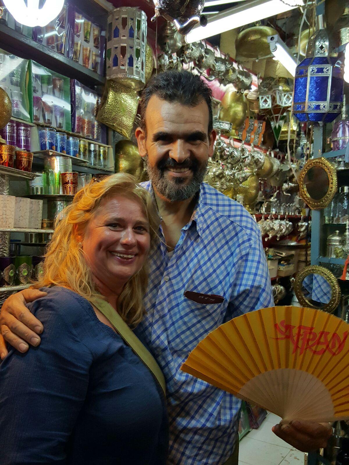 Abdelhakim mit dem Safran Fächer in Marrakesch