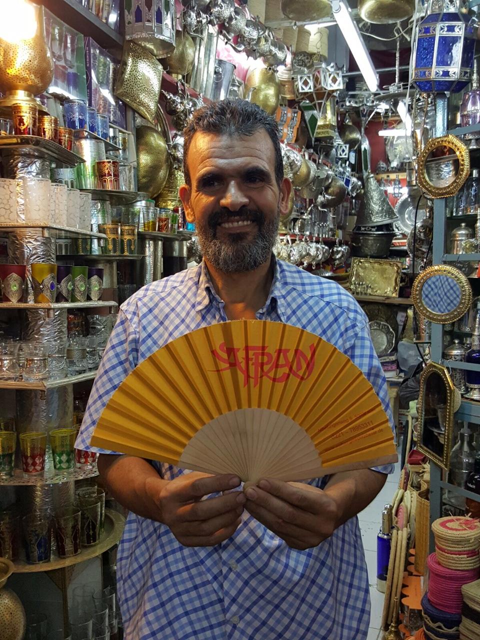 Der Glashändler in Marrakesch mit dem Safran Fächer